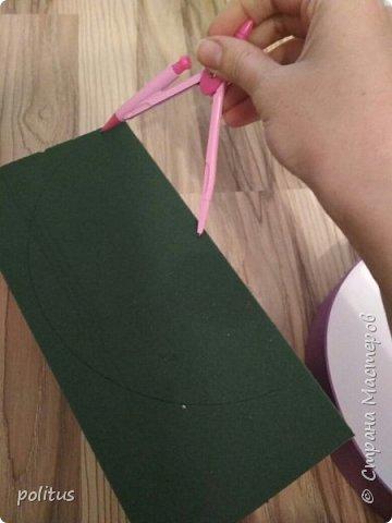 Сестра моя очень хотела цветы в коробочке, вот я и решила её порадовать. для этого мне понадобилась коробка, оберточная клеенка, скотч, оазис (2 брусочка),тазик, пищевая пленка, 10 роз и зелень. фото 4