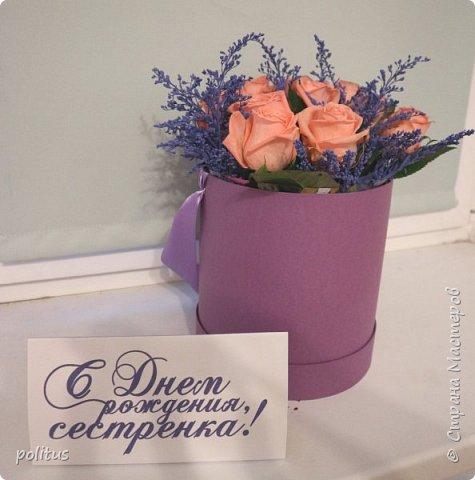 Сестра моя очень хотела цветы в коробочке, вот я и решила её порадовать. для этого мне понадобилась коробка, оберточная клеенка, скотч, оазис (2 брусочка),тазик, пищевая пленка, 10 роз и зелень. фото 14