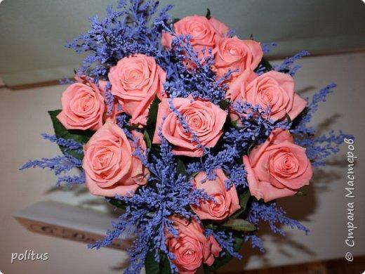 Сестра моя очень хотела цветы в коробочке, вот я и решила её порадовать. для этого мне понадобилась коробка, оберточная клеенка, скотч, оазис (2 брусочка),тазик, пищевая пленка, 10 роз и зелень. фото 13