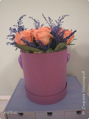 Сестра моя очень хотела цветы в коробочке, вот я и решила её порадовать. для этого мне понадобилась коробка, оберточная клеенка, скотч, оазис (2 брусочка),тазик, пищевая пленка, 10 роз и зелень. фото 1