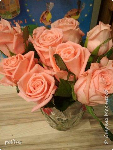 Сестра моя очень хотела цветы в коробочке, вот я и решила её порадовать. для этого мне понадобилась коробка, оберточная клеенка, скотч, оазис (2 брусочка),тазик, пищевая пленка, 10 роз и зелень. фото 11