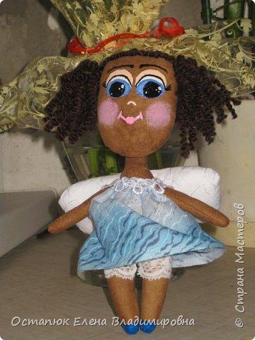 """Добрый день всем заглянувшим на мою страничку. Представляю вашему вниманию куколку. Делалась она для моей бывшей коллеги, которая была проездом. Кукла ароматизирована кофе, ванилью и какао. Художник я от слово """"худо"""", поэтому у нее такое личико. Но хозяйка ангела была в восторге. Я этому очень рада. Фото делалось на бегу, за пол-часа до поезда. фото 4"""