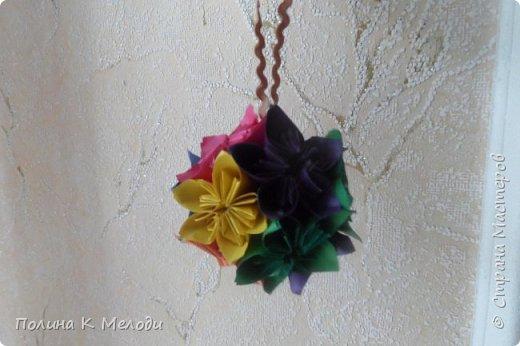 Всем привет жителям страны мастеров.Сегодня я хочу показать мои поделки,которые я сделала своим двум подругам из Страны мастеров.Они получат их в посылках вместе с карточками АТС,давайте посмотрим подробнее.Первым подарком является кусудама,раньше я их не делала,но увидев мастер-класс,очень захотелось попробовать.Шар состоит из 12 цветков,а каждый цветок состоит из 5 квадратиков.Всего мне пришлось вырезать 60 листочков.Можно конечно и в магазине прикупить,но у меня была цветная бумага,которая осталась после школы.Сейчас делаю вторую и может быть и третью сделаю.Использовала материалы как цветная бумага,клей ПВА,ножницы,линейка,ручка,тесьма. фото 1