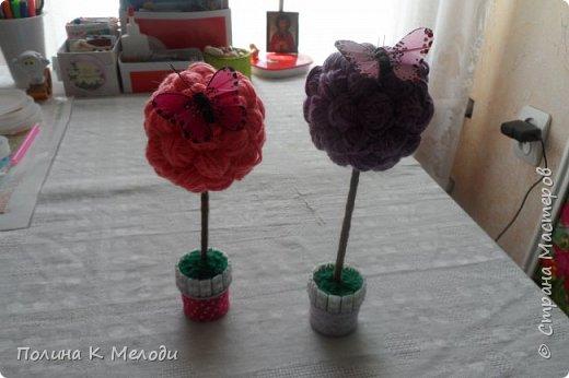 Всем привет жителям страны мастеров.Сегодня я хочу показать мои поделки,которые я сделала своим двум подругам из Страны мастеров.Они получат их в посылках вместе с карточками АТС,давайте посмотрим подробнее.Первым подарком является кусудама,раньше я их не делала,но увидев мастер-класс,очень захотелось попробовать.Шар состоит из 12 цветков,а каждый цветок состоит из 5 квадратиков.Всего мне пришлось вырезать 60 листочков.Можно конечно и в магазине прикупить,но у меня была цветная бумага,которая осталась после школы.Сейчас делаю вторую и может быть и третью сделаю.Использовала материалы как цветная бумага,клей ПВА,ножницы,линейка,ручка,тесьма. фото 5