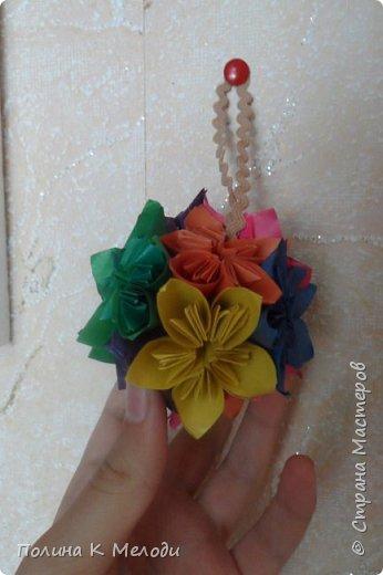 Всем привет жителям страны мастеров.Сегодня я хочу показать мои поделки,которые я сделала своим двум подругам из Страны мастеров.Они получат их в посылках вместе с карточками АТС,давайте посмотрим подробнее.Первым подарком является кусудама,раньше я их не делала,но увидев мастер-класс,очень захотелось попробовать.Шар состоит из 12 цветков,а каждый цветок состоит из 5 квадратиков.Всего мне пришлось вырезать 60 листочков.Можно конечно и в магазине прикупить,но у меня была цветная бумага,которая осталась после школы.Сейчас делаю вторую и может быть и третью сделаю.Использовала материалы как цветная бумага,клей ПВА,ножницы,линейка,ручка,тесьма. фото 2
