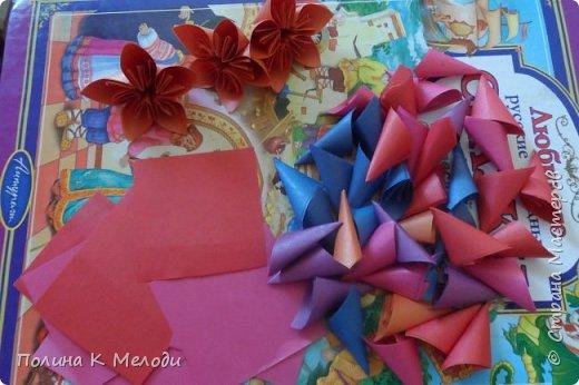 Всем привет жителям страны мастеров.Сегодня я хочу показать мои поделки,которые я сделала своим двум подругам из Страны мастеров.Они получат их в посылках вместе с карточками АТС,давайте посмотрим подробнее.Первым подарком является кусудама,раньше я их не делала,но увидев мастер-класс,очень захотелось попробовать.Шар состоит из 12 цветков,а каждый цветок состоит из 5 квадратиков.Всего мне пришлось вырезать 60 листочков.Можно конечно и в магазине прикупить,но у меня была цветная бумага,которая осталась после школы.Сейчас делаю вторую и может быть и третью сделаю.Использовала материалы как цветная бумага,клей ПВА,ножницы,линейка,ручка,тесьма. фото 3