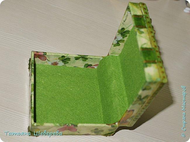 Всем жителям и гостям СМ - большой привет! )) Вот такие коробочки :) Эта 9х9х4,5 см размером. Сделана из пластиковой коробочки. Декупаж салфеткой, верх, уголки и украшения-завитушки - ХФ, стрекоза - нарисована контуром по пластику, внутри и на ножках-уголках - фетр. Она и вторая коробочка - для девочки на работе для всяческих малипусечных-малышковых вещей и воспоминаний :) у неё скоро будет второй малыш, пусть всё будет хорошо, тьфу-тьфу-тьфу! :))) фото 5