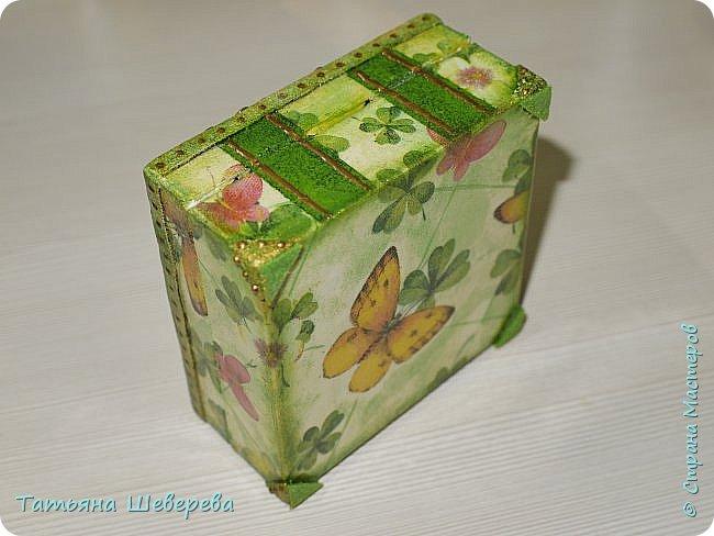 Всем жителям и гостям СМ - большой привет! )) Вот такие коробочки :) Эта 9х9х4,5 см размером. Сделана из пластиковой коробочки. Декупаж салфеткой, верх, уголки и украшения-завитушки - ХФ, стрекоза - нарисована контуром по пластику, внутри и на ножках-уголках - фетр. Она и вторая коробочка - для девочки на работе для всяческих малипусечных-малышковых вещей и воспоминаний :) у неё скоро будет второй малыш, пусть всё будет хорошо, тьфу-тьфу-тьфу! :))) фото 7