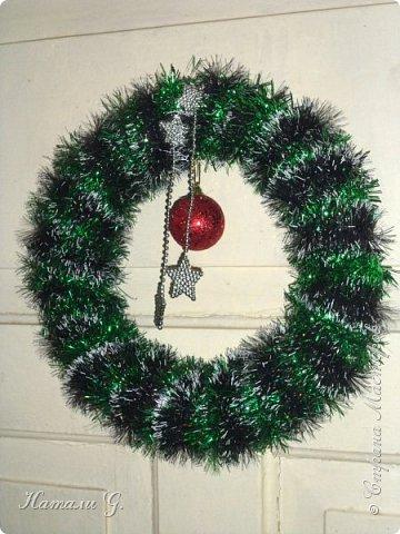 Новогодний веночек на двери фото 1