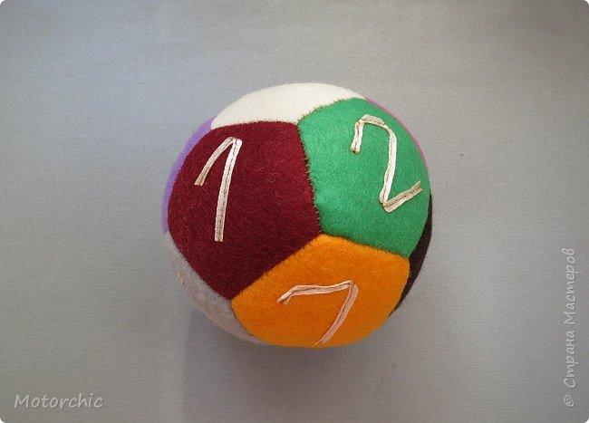 Сегодня покажу вам уже третий по счету развивающий мячик из фетра. С каждым разом я учусь на прошлых ошибках и немного его модернизирую. фото 2