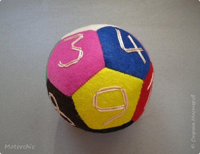 Сегодня покажу вам уже третий по счету развивающий мячик из фетра. С каждым разом я учусь на прошлых ошибках и немного его модернизирую. фото 3
