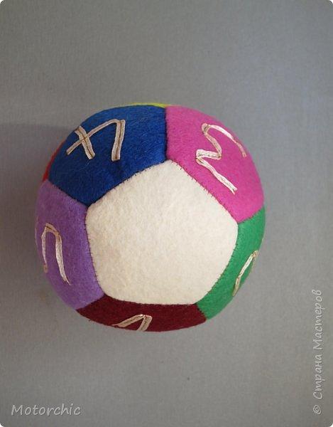 Сегодня покажу вам уже третий по счету развивающий мячик из фетра. С каждым разом я учусь на прошлых ошибках и немного его модернизирую. фото 4