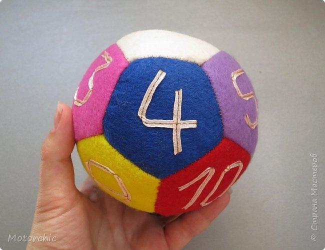 Сегодня покажу вам уже третий по счету развивающий мячик из фетра. С каждым разом я учусь на прошлых ошибках и немного его модернизирую. фото 1