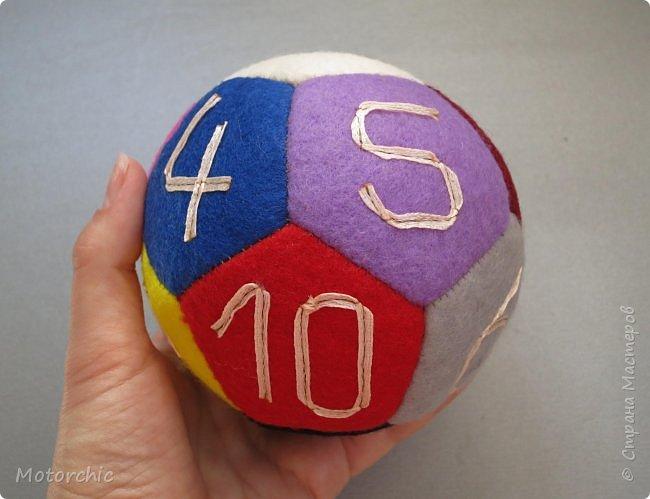 Сегодня покажу вам уже третий по счету развивающий мячик из фетра. С каждым разом я учусь на прошлых ошибках и немного его модернизирую. фото 6