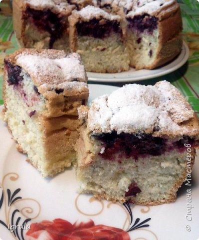 Всем хорошего настроения и счастливых улыбок.  Сегодня хочу поделиться пошаговым рецептом ленивого пирога, который готовила ещё моя бабушка, а позднее и мама. Название своё он получил за простоту приготовления..Готовить этот пирог можно с любыми ягодами (как свежими, так и замороженными), можно с яблоками (нарезанными небольшими ломтиками) и корицей вместо ванилина. В общем это такая база, на основе которой можно творить и вытворять чУдные вкусности. Это вкус знакомый мне с детства. Это аромат свежей выпечки. Это просто. Это быстро. И главное, это всегда получается. Нам понадобится:  5-6 яиц ( в зависимости от размера. У меня С0 т.е большие) 1 (граненый) стакан сахара (можно больше, можно меньше, кто как любит и в зависимости от того, какие по сладости ягоды)  1 (граненый) стакан муки 1,5 чайные ложки разрыхлителя 1 пачка ванилина (1гр) Замороженные (можно свежие) ягоды черной смородины (у меня 250гр. можно меньше, можно больше..Если готовить пирог с яблоками то приблизительно 3-4 яблока средних размеров) Форма для выпекания (у меня круглая для выпечки кекса диаметром 23 см)  для смазывания формы маргарин  и манная крупа сахарная пудра для того, чтобы присыпать готовый пирог сверху (но это по желанию) фото 1