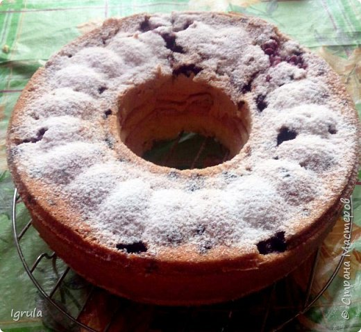 Всем хорошего настроения и счастливых улыбок.  Сегодня хочу поделиться пошаговым рецептом ленивого пирога, который готовила ещё моя бабушка, а позднее и мама. Название своё он получил за простоту приготовления..Готовить этот пирог можно с любыми ягодами (как свежими, так и замороженными), можно с яблоками (нарезанными небольшими ломтиками) и корицей вместо ванилина. В общем это такая база, на основе которой можно творить и вытворять чУдные вкусности. Это вкус знакомый мне с детства. Это аромат свежей выпечки. Это просто. Это быстро. И главное, это всегда получается. Нам понадобится:  5-6 яиц ( в зависимости от размера. У меня С0 т.е большие) 1 (граненый) стакан сахара (можно больше, можно меньше, кто как любит и в зависимости от того, какие по сладости ягоды)  1 (граненый) стакан муки 1,5 чайные ложки разрыхлителя 1 пачка ванилина (1гр) Замороженные (можно свежие) ягоды черной смородины (у меня 250гр. можно меньше, можно больше..Если готовить пирог с яблоками то приблизительно 3-4 яблока средних размеров) Форма для выпекания (у меня круглая для выпечки кекса диаметром 23 см)  для смазывания формы маргарин  и манная крупа сахарная пудра для того, чтобы присыпать готовый пирог сверху (но это по желанию) фото 8