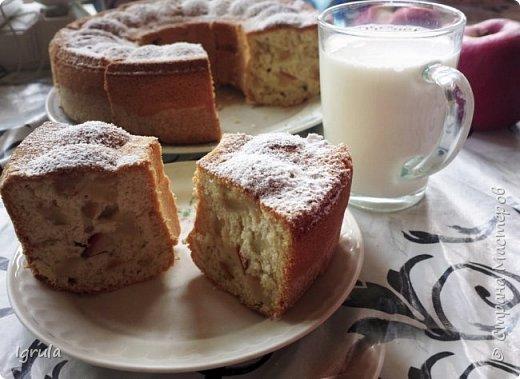 Всем хорошего настроения и счастливых улыбок.  Сегодня хочу поделиться пошаговым рецептом ленивого пирога, который готовила ещё моя бабушка, а позднее и мама. Название своё он получил за простоту приготовления..Готовить этот пирог можно с любыми ягодами (как свежими, так и замороженными), можно с яблоками (нарезанными небольшими ломтиками) и корицей вместо ванилина. В общем это такая база, на основе которой можно творить и вытворять чУдные вкусности. Это вкус знакомый мне с детства. Это аромат свежей выпечки. Это просто. Это быстро. И главное, это всегда получается. Нам понадобится:  5-6 яиц ( в зависимости от размера. У меня С0 т.е большие) 1 (граненый) стакан сахара (можно больше, можно меньше, кто как любит и в зависимости от того, какие по сладости ягоды)  1 (граненый) стакан муки 1,5 чайные ложки разрыхлителя 1 пачка ванилина (1гр) Замороженные (можно свежие) ягоды черной смородины (у меня 250гр. можно меньше, можно больше..Если готовить пирог с яблоками то приблизительно 3-4 яблока средних размеров) Форма для выпекания (у меня круглая для выпечки кекса диаметром 23 см)  для смазывания формы маргарин  и манная крупа сахарная пудра для того, чтобы присыпать готовый пирог сверху (но это по желанию) фото 11