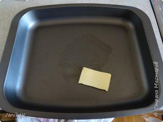 Так как люблю чтобы готовка не занимала много времени -еще один довольно быстрый вариант. Сами приготовления занимают около 20 мин +  25-35 мин в духовке но там она готовится уже сама, а в это время можно занятся другими делами. Для приготовления надо: 800 гр. творога (у меня четыре 200 грамовых пачки творога), 2 банана, 4- 5 столовых ложки сметаны, 1/2 ложки ванильного сахара, если хочется послаще то еще просто сахара по вкусу ( у меня магазинный творог достаточно сладкий пoэтому я сахар не добавляю), 3 яица, 8 столовых ложек манки, немножко натертой лимонной цедры, чуть-чуть корицы и кусочек сливочного масла для смазки формы. фото 9