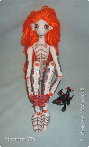 """Были у меня остатки ткани двунитка. решил сделать из неё куклу. Т.к. ткань осыпается сильно, кукла должны быть крупная. Сказано - сделано. И ходило тельце туда сюда около месяца, пока я другую работу доделывал. Потом остановился. Думаю: на двунитке ведь крестиком вышивать удобно! Решил попробовать. Мой первый опыт вышивки крестом по """"коже"""" куклы. Мне очень понравился процесс - вышивка вообще для меня такой релакс ^^ Как только узор начал вырисовываться, сразу и образ стал появляться: это мальчик и он будет рыжим!  Купил вискозу для валяния, сделал волосы, вышил глазки, и вот он -  Тимфольд.  Дальше уже фото самой куклы.  фото 17"""