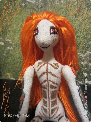 """Были у меня остатки ткани двунитка. решил сделать из неё куклу. Т.к. ткань осыпается сильно, кукла должны быть крупная. Сказано - сделано. И ходило тельце туда сюда около месяца, пока я другую работу доделывал. Потом остановился. Думаю: на двунитке ведь крестиком вышивать удобно! Решил попробовать. Мой первый опыт вышивки крестом по """"коже"""" куклы. Мне очень понравился процесс - вышивка вообще для меня такой релакс ^^ Как только узор начал вырисовываться, сразу и образ стал появляться: это мальчик и он будет рыжим!  Купил вискозу для валяния, сделал волосы, вышил глазки, и вот он -  Тимфольд.  Дальше уже фото самой куклы.  фото 6"""