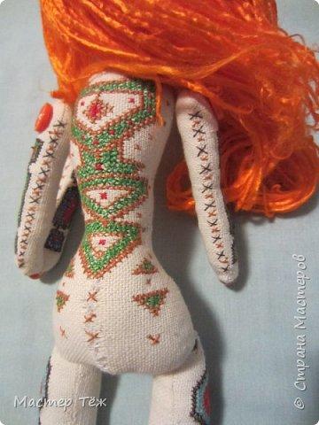 """Были у меня остатки ткани двунитка. решил сделать из неё куклу. Т.к. ткань осыпается сильно, кукла должны быть крупная. Сказано - сделано. И ходило тельце туда сюда около месяца, пока я другую работу доделывал. Потом остановился. Думаю: на двунитке ведь крестиком вышивать удобно! Решил попробовать. Мой первый опыт вышивки крестом по """"коже"""" куклы. Мне очень понравился процесс - вышивка вообще для меня такой релакс ^^ Как только узор начал вырисовываться, сразу и образ стал появляться: это мальчик и он будет рыжим!  Купил вискозу для валяния, сделал волосы, вышил глазки, и вот он -  Тимфольд.  Дальше уже фото самой куклы.  фото 19"""