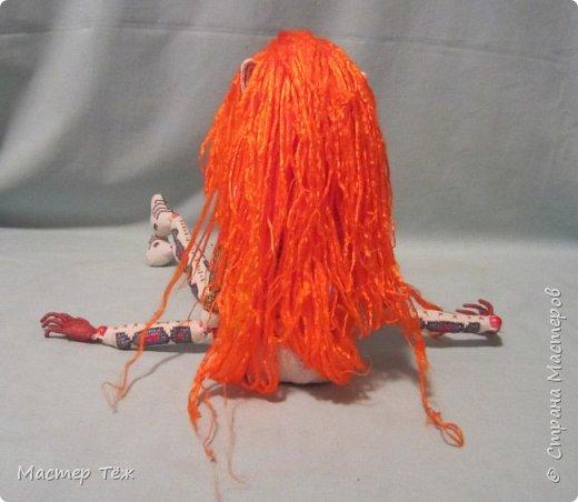 """Были у меня остатки ткани двунитка. решил сделать из неё куклу. Т.к. ткань осыпается сильно, кукла должны быть крупная. Сказано - сделано. И ходило тельце туда сюда около месяца, пока я другую работу доделывал. Потом остановился. Думаю: на двунитке ведь крестиком вышивать удобно! Решил попробовать. Мой первый опыт вышивки крестом по """"коже"""" куклы. Мне очень понравился процесс - вышивка вообще для меня такой релакс ^^ Как только узор начал вырисовываться, сразу и образ стал появляться: это мальчик и он будет рыжим!  Купил вискозу для валяния, сделал волосы, вышил глазки, и вот он -  Тимфольд.  Дальше уже фото самой куклы.  фото 20"""
