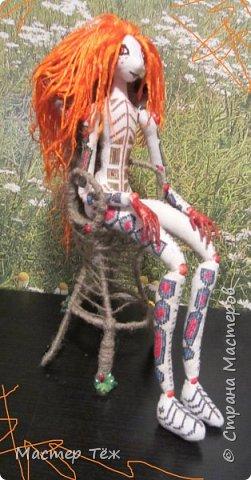 """Были у меня остатки ткани двунитка. решил сделать из неё куклу. Т.к. ткань осыпается сильно, кукла должны быть крупная. Сказано - сделано. И ходило тельце туда сюда около месяца, пока я другую работу доделывал. Потом остановился. Думаю: на двунитке ведь крестиком вышивать удобно! Решил попробовать. Мой первый опыт вышивки крестом по """"коже"""" куклы. Мне очень понравился процесс - вышивка вообще для меня такой релакс ^^ Как только узор начал вырисовываться, сразу и образ стал появляться: это мальчик и он будет рыжим!  Купил вискозу для валяния, сделал волосы, вышил глазки, и вот он -  Тимфольд.  Дальше уже фото самой куклы.  фото 8"""