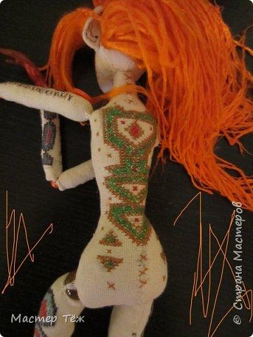 """Были у меня остатки ткани двунитка. решил сделать из неё куклу. Т.к. ткань осыпается сильно, кукла должны быть крупная. Сказано - сделано. И ходило тельце туда сюда около месяца, пока я другую работу доделывал. Потом остановился. Думаю: на двунитке ведь крестиком вышивать удобно! Решил попробовать. Мой первый опыт вышивки крестом по """"коже"""" куклы. Мне очень понравился процесс - вышивка вообще для меня такой релакс ^^ Как только узор начал вырисовываться, сразу и образ стал появляться: это мальчик и он будет рыжим!  Купил вискозу для валяния, сделал волосы, вышил глазки, и вот он -  Тимфольд.  Дальше уже фото самой куклы.  фото 11"""