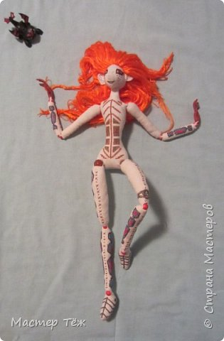 """Были у меня остатки ткани двунитка. решил сделать из неё куклу. Т.к. ткань осыпается сильно, кукла должны быть крупная. Сказано - сделано. И ходило тельце туда сюда около месяца, пока я другую работу доделывал. Потом остановился. Думаю: на двунитке ведь крестиком вышивать удобно! Решил попробовать. Мой первый опыт вышивки крестом по """"коже"""" куклы. Мне очень понравился процесс - вышивка вообще для меня такой релакс ^^ Как только узор начал вырисовываться, сразу и образ стал появляться: это мальчик и он будет рыжим!  Купил вискозу для валяния, сделал волосы, вышил глазки, и вот он -  Тимфольд.  Дальше уже фото самой куклы.  фото 27"""