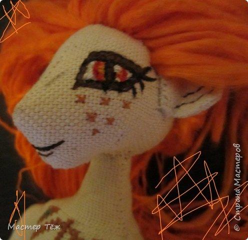 """Были у меня остатки ткани двунитка. решил сделать из неё куклу. Т.к. ткань осыпается сильно, кукла должны быть крупная. Сказано - сделано. И ходило тельце туда сюда около месяца, пока я другую работу доделывал. Потом остановился. Думаю: на двунитке ведь крестиком вышивать удобно! Решил попробовать. Мой первый опыт вышивки крестом по """"коже"""" куклы. Мне очень понравился процесс - вышивка вообще для меня такой релакс ^^ Как только узор начал вырисовываться, сразу и образ стал появляться: это мальчик и он будет рыжим!  Купил вискозу для валяния, сделал волосы, вышил глазки, и вот он -  Тимфольд.  Дальше уже фото самой куклы.  фото 15"""