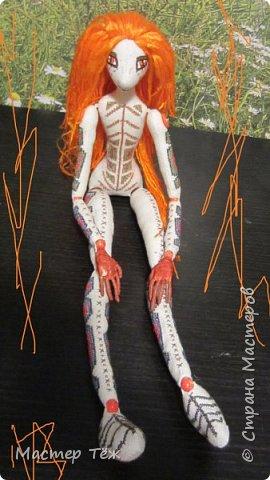 """Были у меня остатки ткани двунитка. решил сделать из неё куклу. Т.к. ткань осыпается сильно, кукла должны быть крупная. Сказано - сделано. И ходило тельце туда сюда около месяца, пока я другую работу доделывал. Потом остановился. Думаю: на двунитке ведь крестиком вышивать удобно! Решил попробовать. Мой первый опыт вышивки крестом по """"коже"""" куклы. Мне очень понравился процесс - вышивка вообще для меня такой релакс ^^ Как только узор начал вырисовываться, сразу и образ стал появляться: это мальчик и он будет рыжим!  Купил вискозу для валяния, сделал волосы, вышил глазки, и вот он -  Тимфольд.  Дальше уже фото самой куклы.  фото 3"""