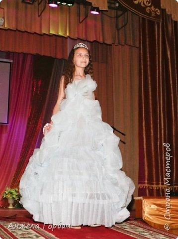 """Конкурс авангардной моды """"Фламинго"""".Моя старшая дочь-платье из подложки для ламината-1-ое место. фото 1"""