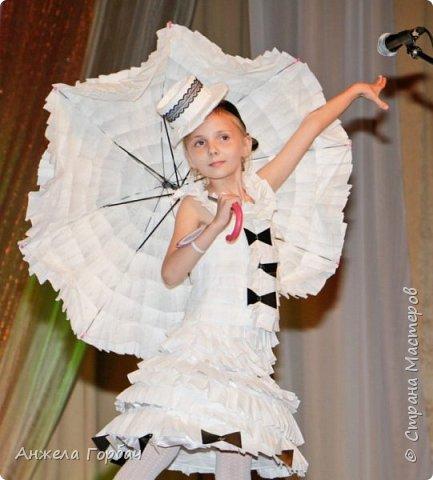 """Конкурс авангардной моды """"Фламинго"""".Моя старшая дочь-платье из подложки для ламината-1-ое место. фото 2"""