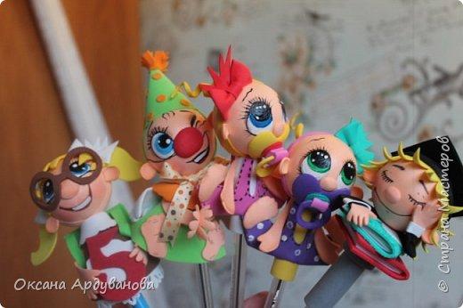 Малыши-карандаши созданы по мастер классу Надежды Ляховской https://www.youtube.com/watch?v=HQDjGJ3pDRg.  Диаметр пенопластового шарика ,головы 4см. Все украшения снимаются с ручки.так что если паста в ручке закончится все можно поменять. фото 1