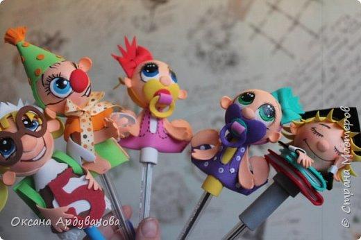 Малыши-карандаши созданы по мастер классу Надежды Ляховской https://www.youtube.com/watch?v=HQDjGJ3pDRg.  Диаметр пенопластового шарика ,головы 4см. Все украшения снимаются с ручки.так что если паста в ручке закончится все можно поменять. фото 8