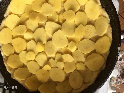 Предлагаю Вашему вниманию рецепт заливного пирога. Обшарив просторы интернета нашла несколько рецептов, но все они то с курицей, то с грибами - у меня младшенький не ест ни то, ни другое - решилась на эксперимент - и он удался!. Для теста нам понадобится: масло сливочное - 100гр, сметана 10-15% - 0,5 стакана, сода пищевая-0,5 ч.л. гашенной уксусом 2,5 ст муки (хотя в рецептах пишут 1,5-2 ст) Видимо количество муки зависит от жирности масла- я брала 82% - тесто липло к рукам и тогда я еще добавляла муку! Для начинки:  0,5 кг говяжьего фарша, 1 луковица, 1 болгарский перец, 1 помидор, картофель средний - 5-6 штук специи по вкусу Для заливки: сметана -1 стакан,  яйцо -1, мука- 2 ст.ложки, соль, перец, зелень   фото 9