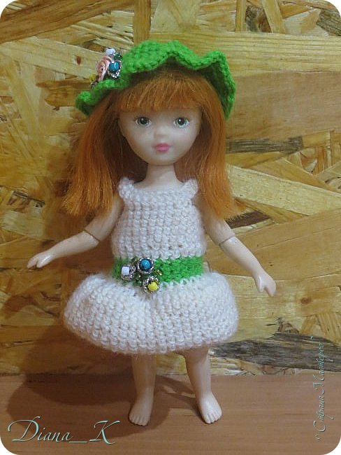 """Привет! Мне тут подумалось, что Ассоль у меня """"бедный родственник""""-все старшие в обновках(некоторые потом покажу), а она до сих пор в прошлогоднем платье! Я подстригла малышке волосы и с помощью кипатка чуть-чуть """"примяла"""" к голове. в комплектезеленая панамка,расшитая бисером и белое платье с идентично расшитым зеленым пояском. фото 1"""