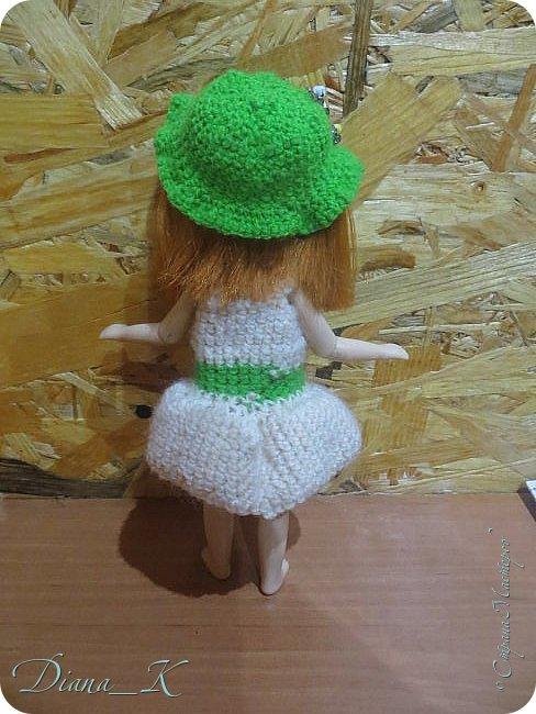 """Привет! Мне тут подумалось, что Ассоль у меня """"бедный родственник""""-все старшие в обновках(некоторые потом покажу), а она до сих пор в прошлогоднем платье! Я подстригла малышке волосы и с помощью кипатка чуть-чуть """"примяла"""" к голове. в комплектезеленая панамка,расшитая бисером и белое платье с идентично расшитым зеленым пояском. фото 2"""
