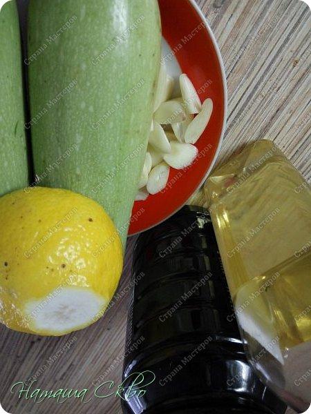 Всем доброго времени суток! Я к вам с парочкой своих любимых рецептов. Это запеченые кабачки и закуска из листового салата. Для рулетиков необходимо: листовой салат, сыр, сок лимона. Для кабачков: на 2 шт.средних размеров- по паре столовых ложек сока лимона, соевого соуса, масла растительного дезодорированного, 5 зубчиков чеснока, около 50 гр.сыра, соль, перец по вкусу. фото 6
