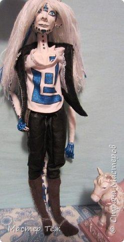Сегодня я вам покажу ещё одну куклу с множеством костюмов. Фото будет предостаточно! Это Вильф - белокожий демон. Нет, не альбинос. Он весьма молод, что заметно по взгляду. фото 2
