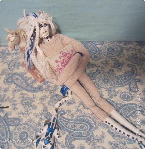 Сегодня я вам покажу ещё одну куклу с множеством костюмов. Фото будет предостаточно! Это Вильф - белокожий демон. Нет, не альбинос. Он весьма молод, что заметно по взгляду. фото 15