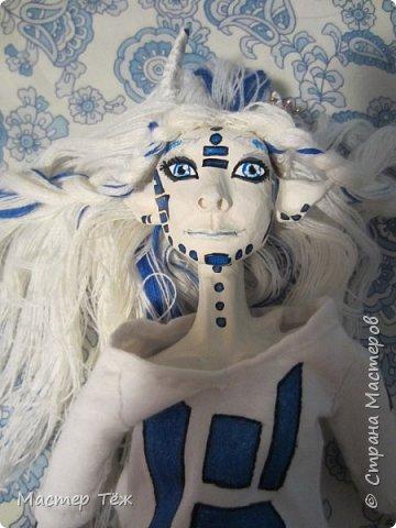 Сегодня я вам покажу ещё одну куклу с множеством костюмов. Фото будет предостаточно! Это Вильф - белокожий демон. Нет, не альбинос. Он весьма молод, что заметно по взгляду. фото 31