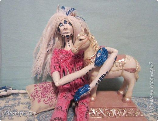 Сегодня я вам покажу ещё одну куклу с множеством костюмов. Фото будет предостаточно! Это Вильф - белокожий демон. Нет, не альбинос. Он весьма молод, что заметно по взгляду. фото 42