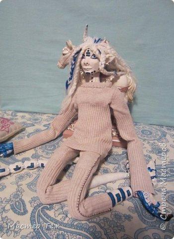 Сегодня я вам покажу ещё одну куклу с множеством костюмов. Фото будет предостаточно! Это Вильф - белокожий демон. Нет, не альбинос. Он весьма молод, что заметно по взгляду. фото 16
