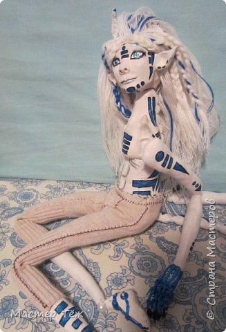 Сегодня я вам покажу ещё одну куклу с множеством костюмов. Фото будет предостаточно! Это Вильф - белокожий демон. Нет, не альбинос. Он весьма молод, что заметно по взгляду. фото 18