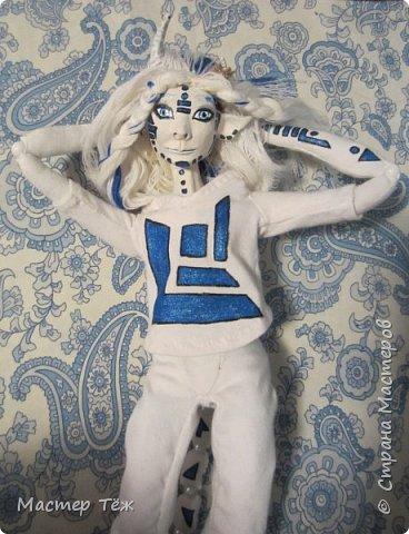 Сегодня я вам покажу ещё одну куклу с множеством костюмов. Фото будет предостаточно! Это Вильф - белокожий демон. Нет, не альбинос. Он весьма молод, что заметно по взгляду. фото 33