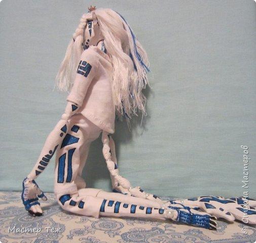 Сегодня я вам покажу ещё одну куклу с множеством костюмов. Фото будет предостаточно! Это Вильф - белокожий демон. Нет, не альбинос. Он весьма молод, что заметно по взгляду. фото 35