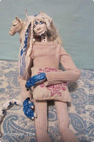 Сегодня я вам покажу ещё одну куклу с множеством костюмов. Фото будет предостаточно! Это Вильф - белокожий демон. Нет, не альбинос. Он весьма молод, что заметно по взгляду. фото 17