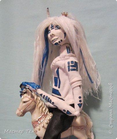 Сегодня я вам покажу ещё одну куклу с множеством костюмов. Фото будет предостаточно! Это Вильф - белокожий демон. Нет, не альбинос. Он весьма молод, что заметно по взгляду. фото 30