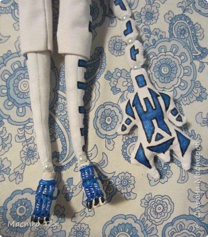 Сегодня я вам покажу ещё одну куклу с множеством костюмов. Фото будет предостаточно! Это Вильф - белокожий демон. Нет, не альбинос. Он весьма молод, что заметно по взгляду. фото 34
